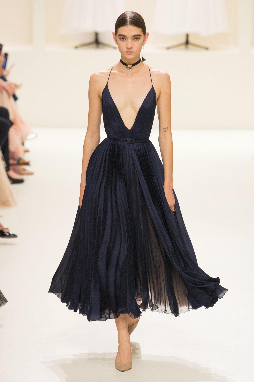 Christian Dior черное с пышной юбкой платье 2019 на тонких бретельках и глубоким вырезом