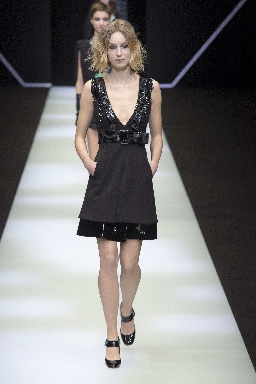 Emporio-Armani черное короткое платье 2019 с глубоким вырезом и пайетками