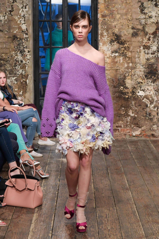Evgeniya Kryukova модная кофта 2019 с оголенным плечем нежно-фиолетового цвета