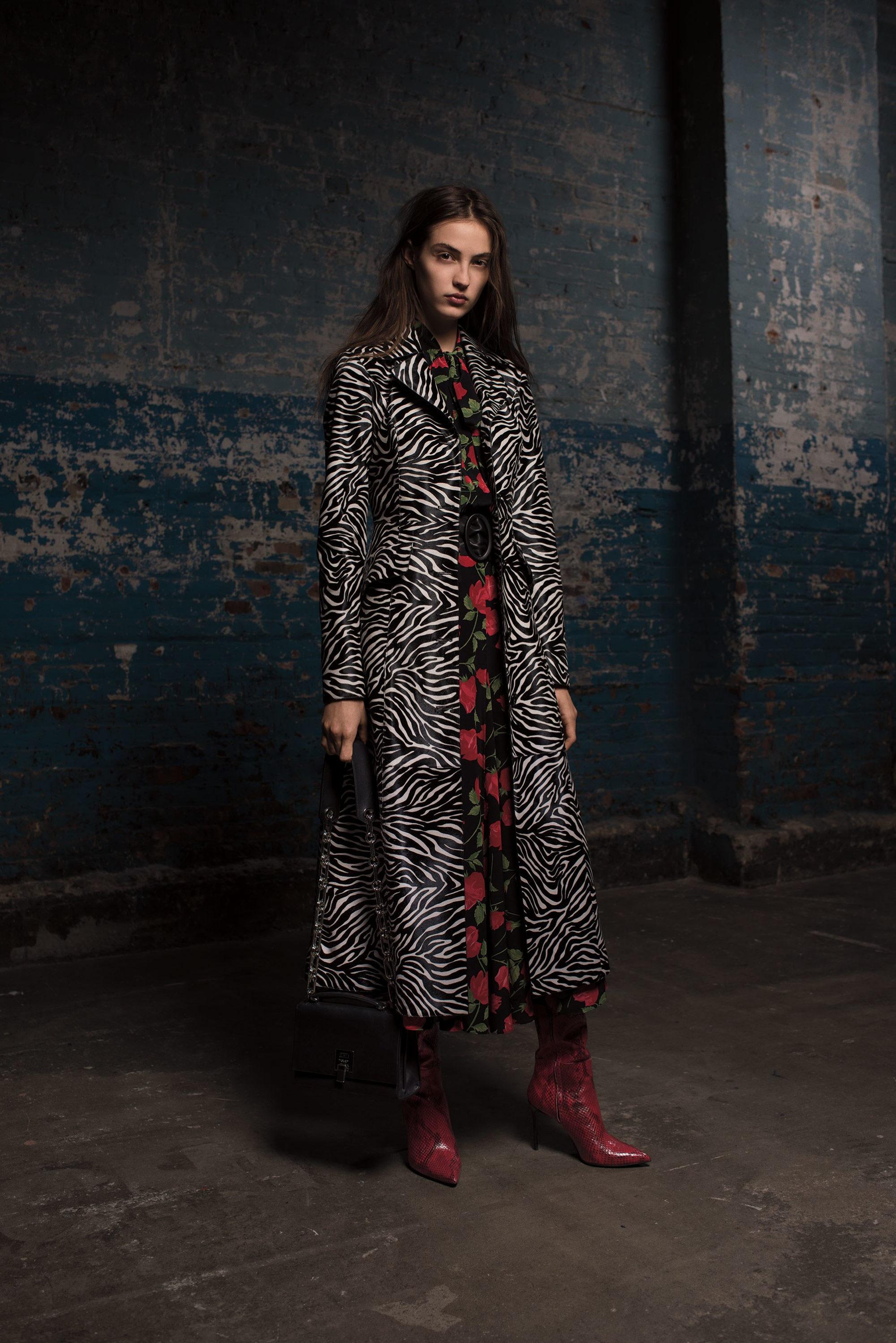 Michael Kors Collection длинное пальто 2019 расцветки под зебру