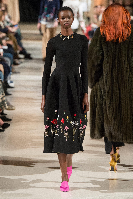 Oscar de la Renta черное платье 2019 с цветочной вышивкой