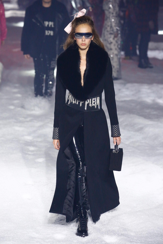 Philipp Plein длинное черное пальто 2019 с большим меховым воротником и надписью