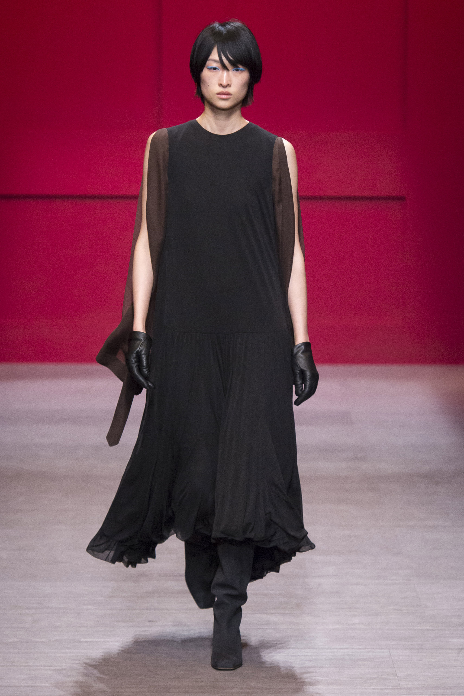 Salvatore-Ferragamo черное платье миди 2019 с пышной юбкой