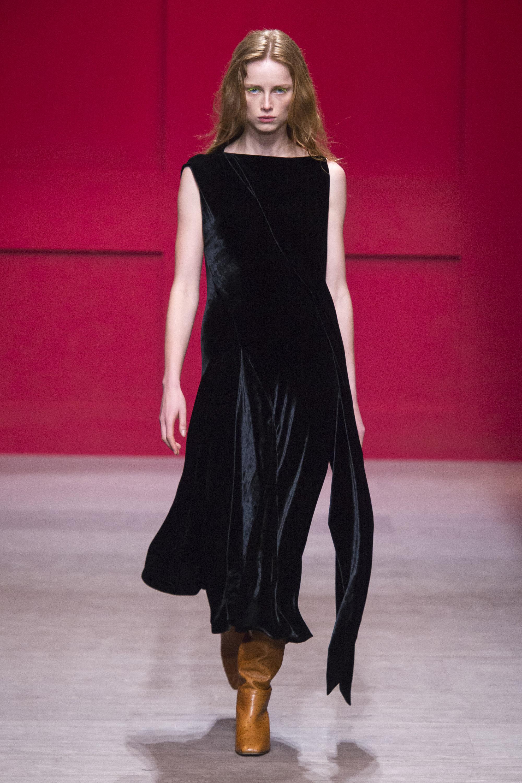 Salvatore-Ferragamo черное бархатное платье 2019 с длинным поясом