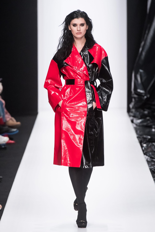Sensus Couture оригинальное кожаное лакированное пальто 2019 красно-черного цвета