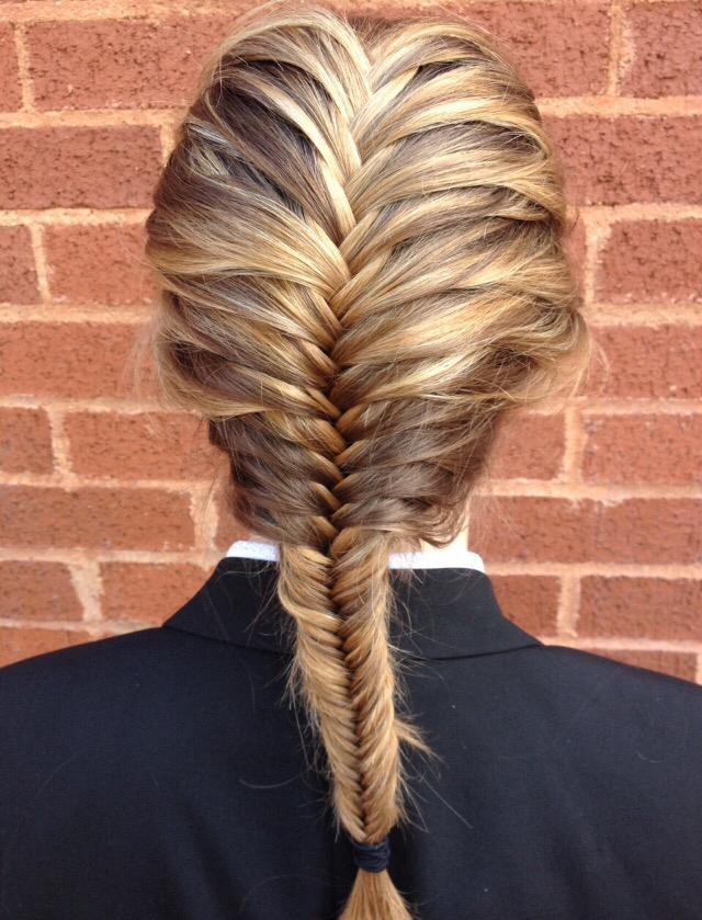 Коса рыбий хвост, выполненная на мелированных волосах