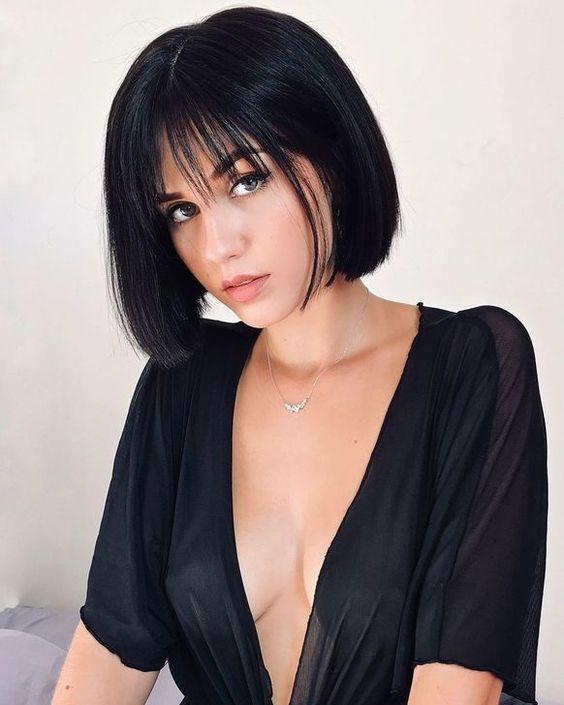 Красивая короткая стрижка на темные волосы - Модное каре 2020 с длинной челкой - фото тенденции